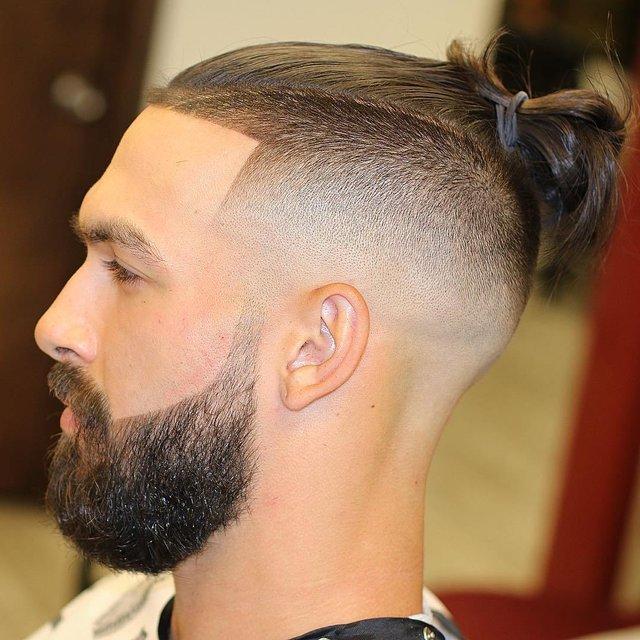 Чоловічі зачіски з пучком - фото 309136