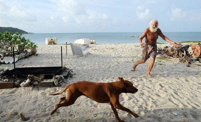 Сучасний Робінзон: мільйонер вже 26 років живе на безлюдному острові - фото 310118