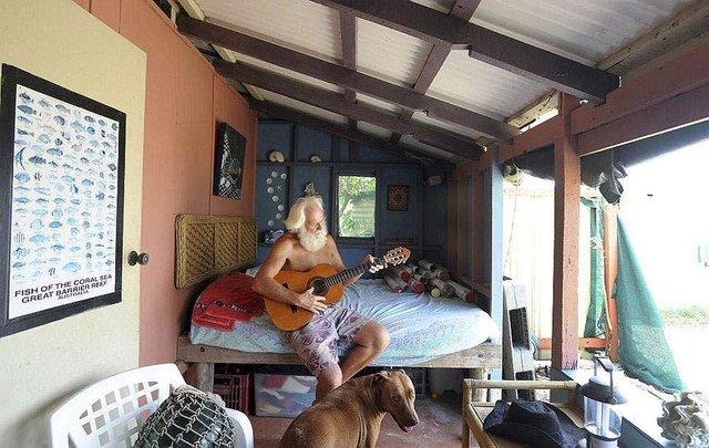Сучасний Робінзон: мільйонер вже 26 років живе на безлюдному острові - фото 310120