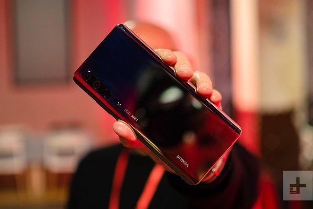 Топовий смартфон Huawei P30 показали на живих фото - фото 310261