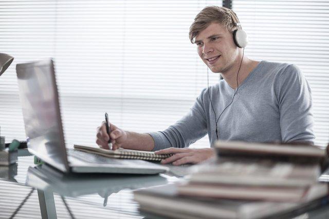 Фонова музика робить людей менш результативними - фото 310505