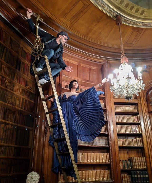 Наомі Кемпбелл показує, як проходять зйомки - фото 311078