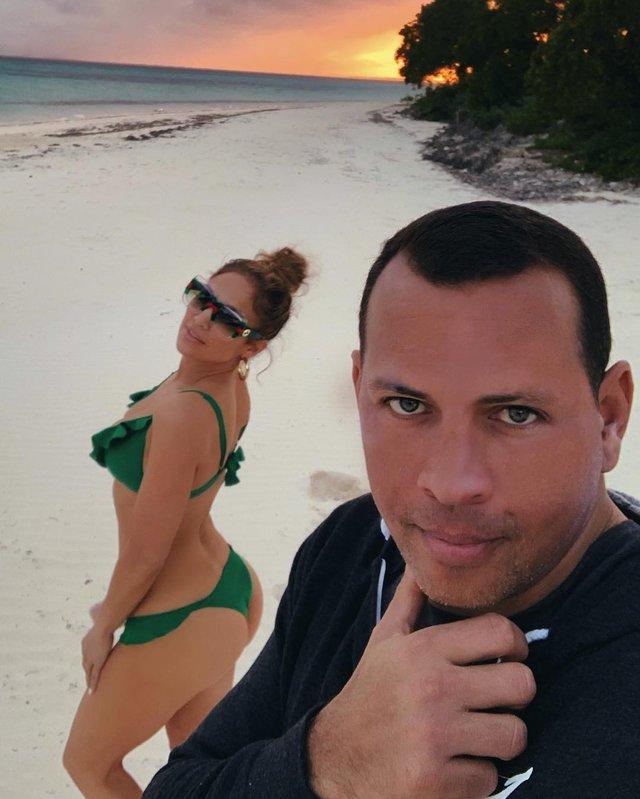 Дженніфер Лопес продовжує хизуватися своїм тілом - фото 312808