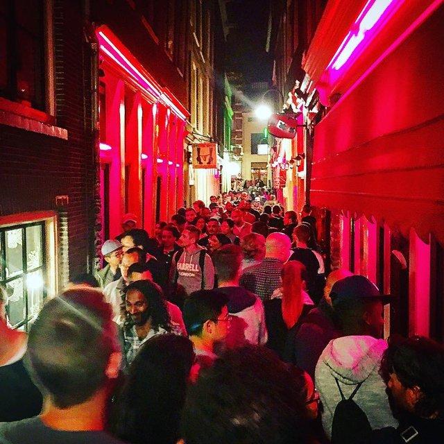 Натовпи туристів заважають місцевим мешканцям - фото 316999