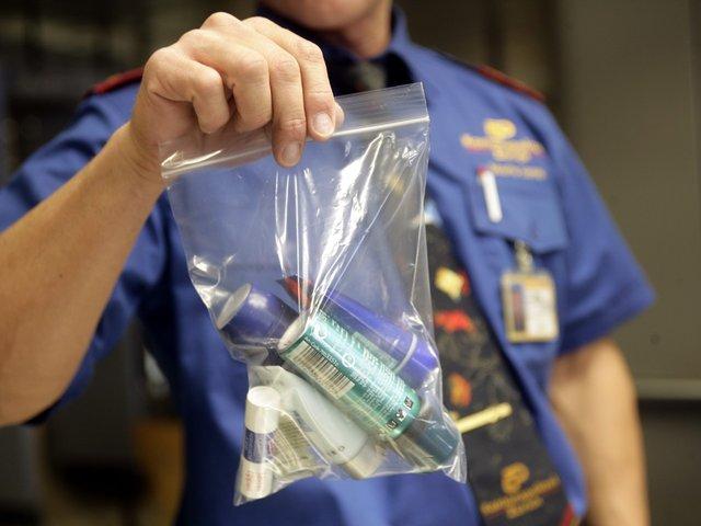 Правило, яке забороняє проносити на борт рідини об'ємом більше 100 мл, діє в кожній авіакомпанії - фото 317487