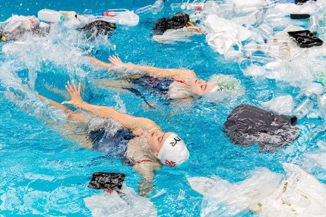 Британські синхроністки виконали номер у басейні з пластиком - фото 318177