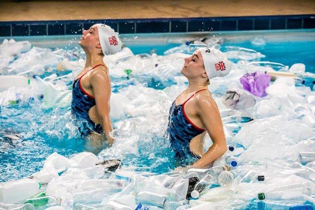 Британські синхроністки виконали номер у басейні з пластиком - фото 318178