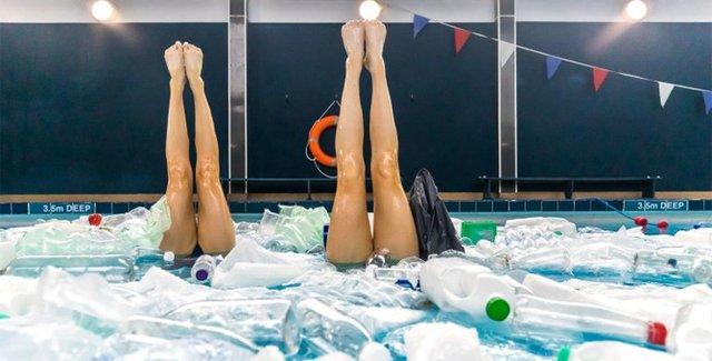Британські синхроністки виконали номер у басейні з пластиком - фото 318179