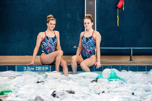 Британські синхроністки виконали номер у басейні з пластиком - фото 318180