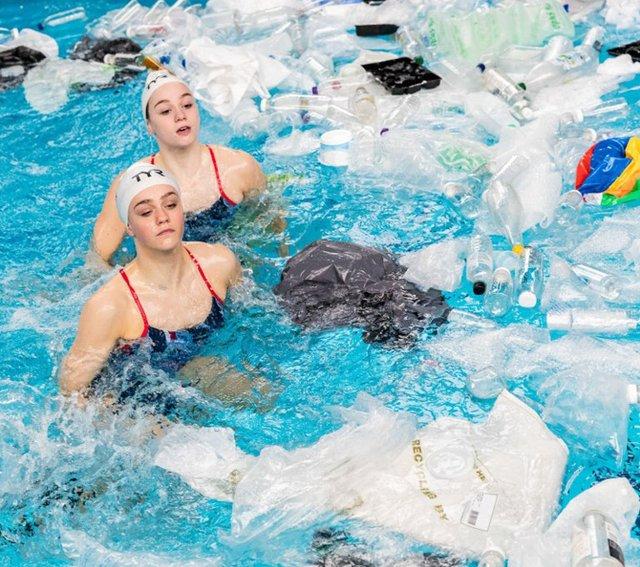 Британські синхроністки виконали номер у басейні з пластиком - фото 318181