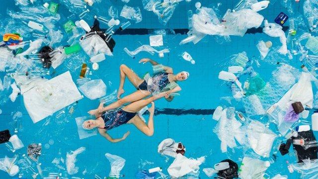 Британські синхроністки виконали номер у басейні з пластиком - фото 318182