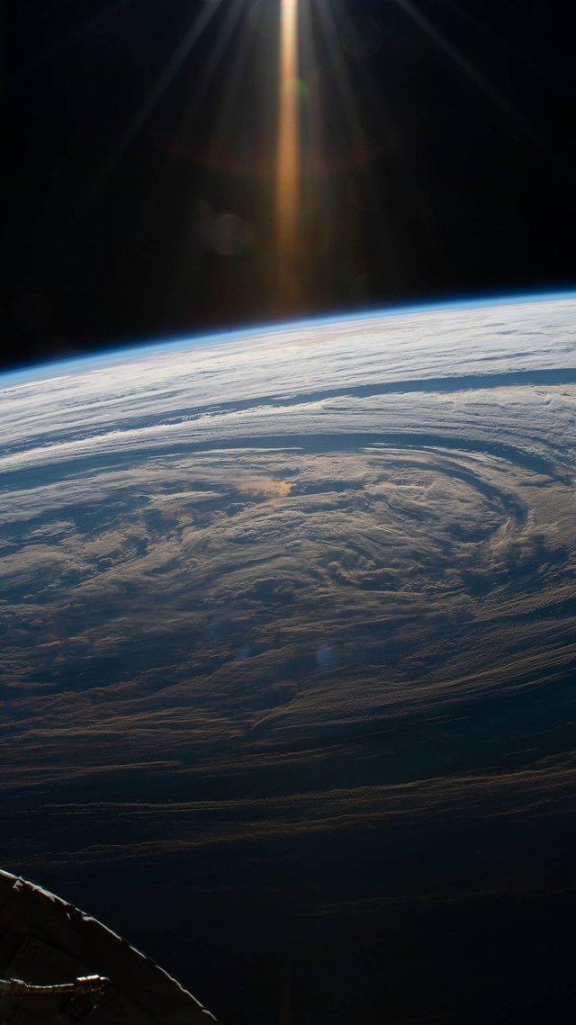 Астронавт зняв гігантські кола хмар над Землею: магічне фото - фото 318758