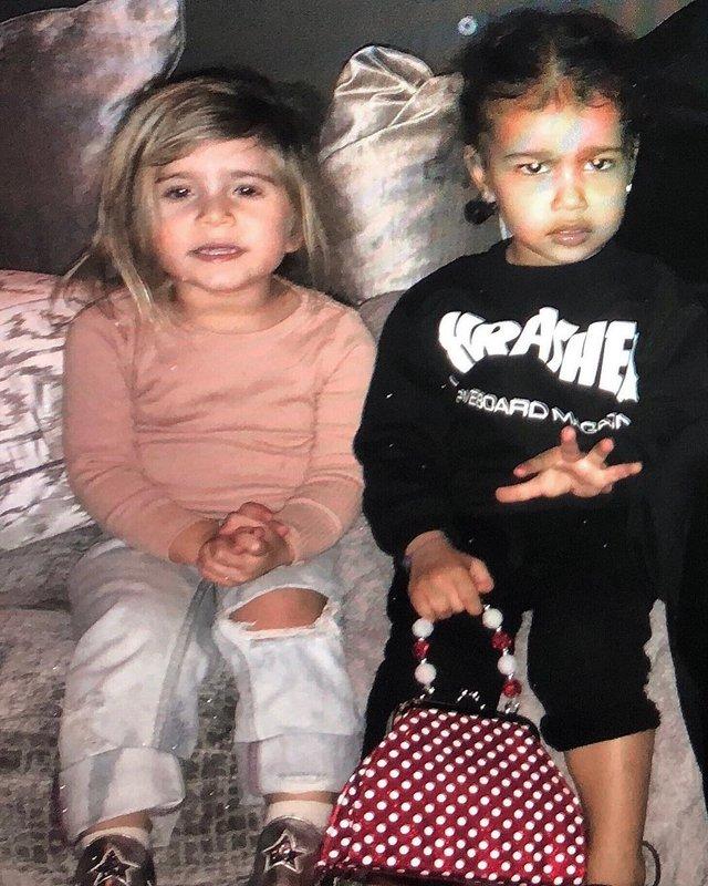 Кім Кардашян зі своєю сестрою - фото 321048