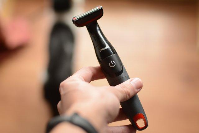 Грумер для тіла працює від звичайних батарейок - фото 321084