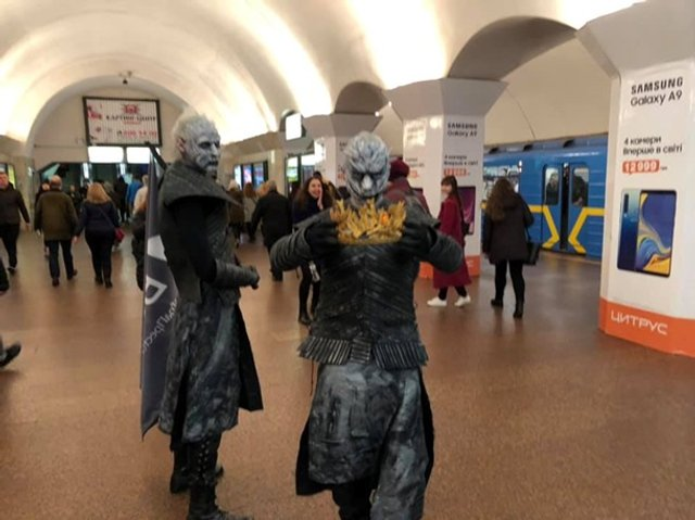 У київському метро помітили білих блукачів з Гри престолів - фото 321408