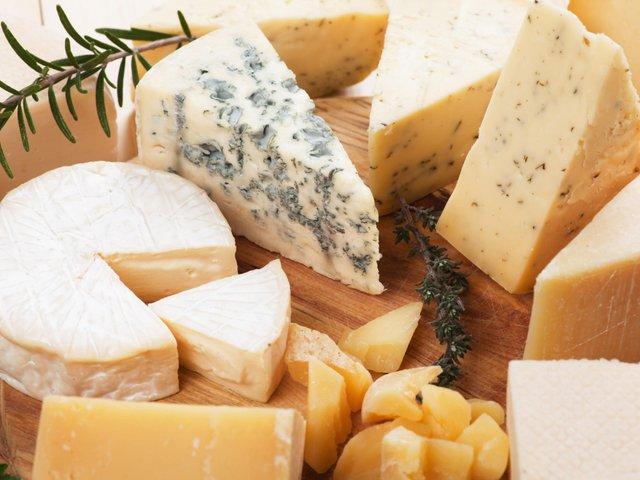 Науковці рекомендують регулярно їсти сир - фото 322363