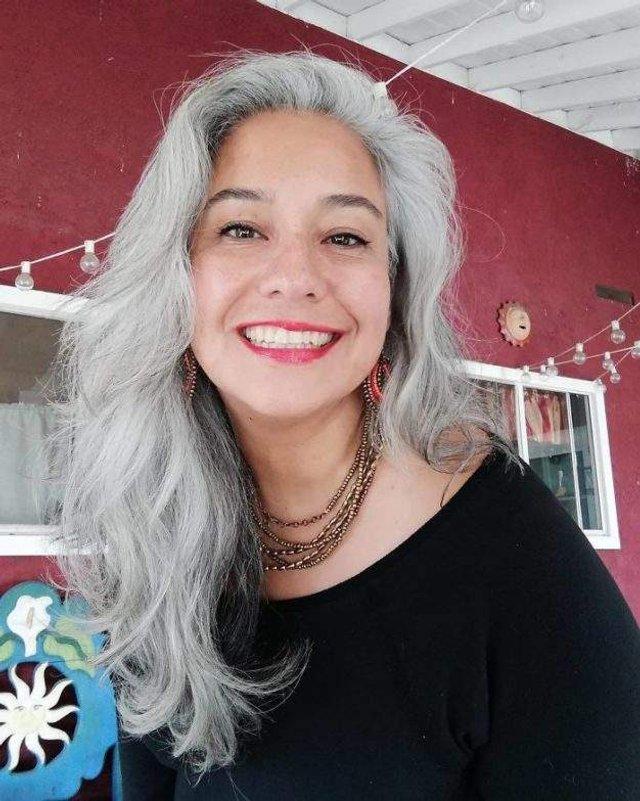 Новий тренд: чому жінки перестали зафарбовувати сивину - фото 323447