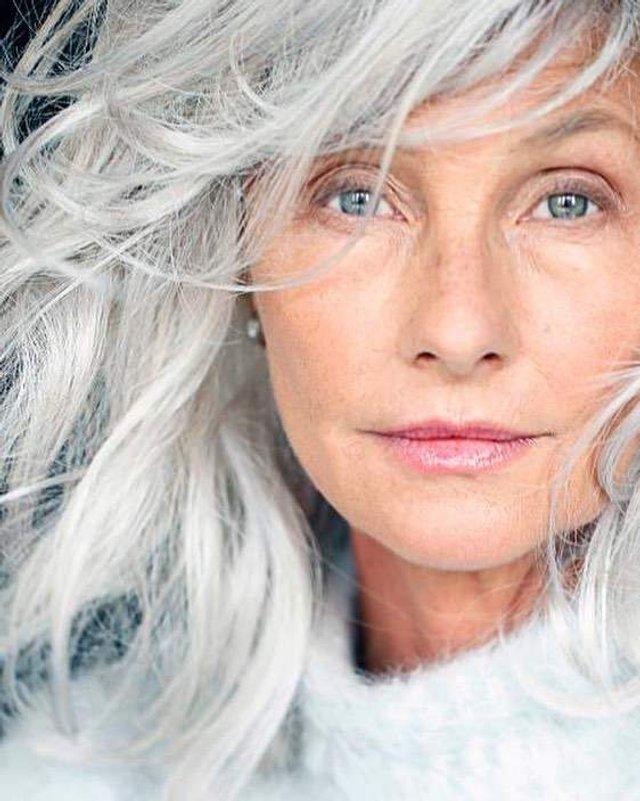 Новий тренд: чому жінки перестали зафарбовувати сивину - фото 323449