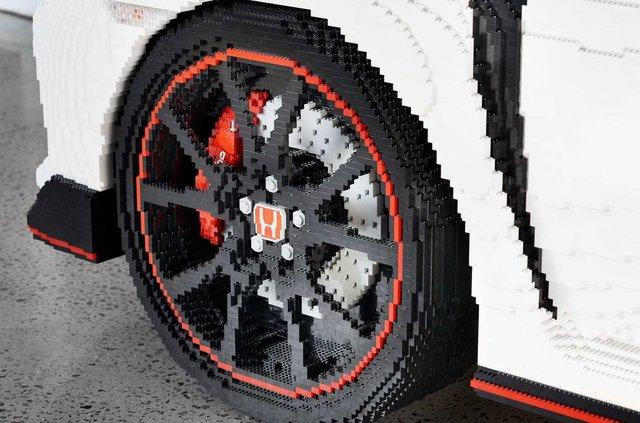 Honda Civic Type R перетворили на повнорозмірну модель Lego - фото 323617