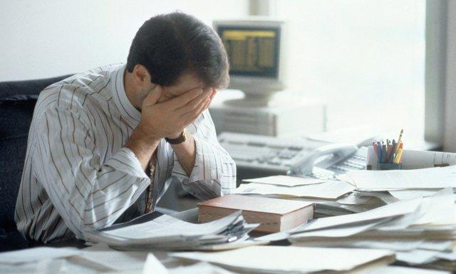 Співробітники скаржаться на те, що їм доводиться працювати понаднормово - фото 323675