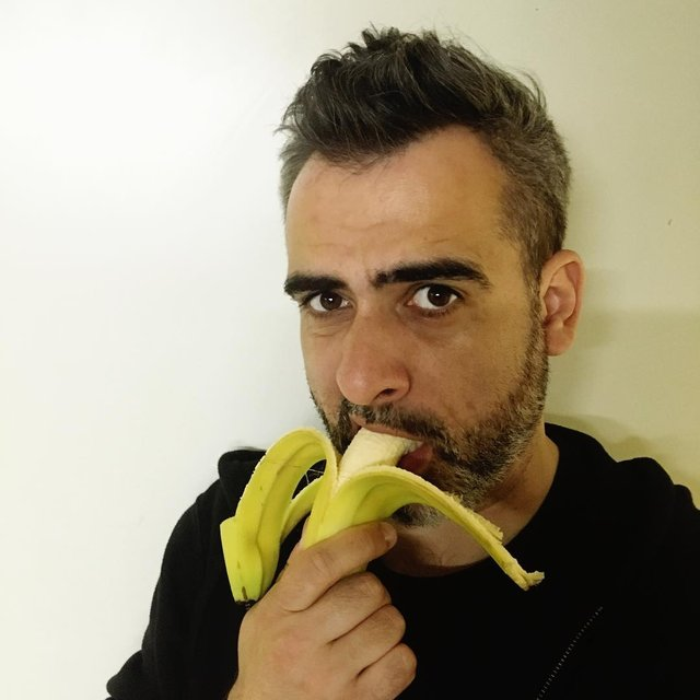 Мовчазний протест: чому люди в мережі викладають фото з бананами - фото 325234