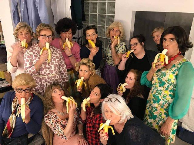 Мовчазний протест: чому люди в мережі викладають фото з бананами - фото 325237