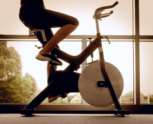 Жінкам наполегливо рекомендують займатися на велотренажері - фото 325473