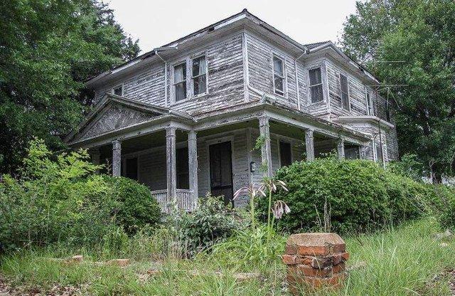 У цей будинок десятиліттями не ступала нога людини