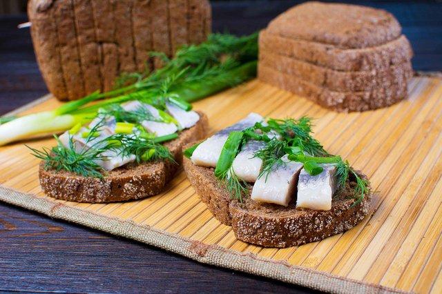 Смачні бутерброди з хлібом і оселедцем  - фото 325958