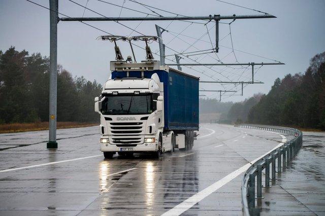 Гібридна електрична вантажівка зможе заряджатися в дорозі - фото 326387