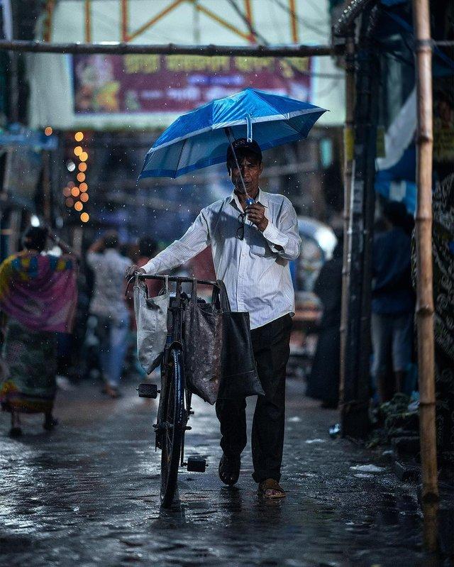 Столиця Бангладешу під час дощу: захопливі вуличні фото - фото 326528