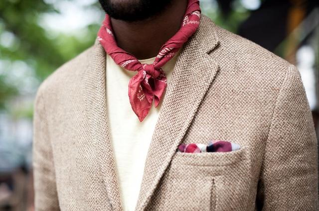 Гід по стилю: як зав'язувати чоловічу бандану та з чим поєднувати популярний аксесуар - фото 326548