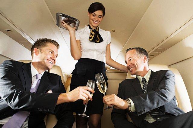 Стюардеса на борту літака  - фото 326936