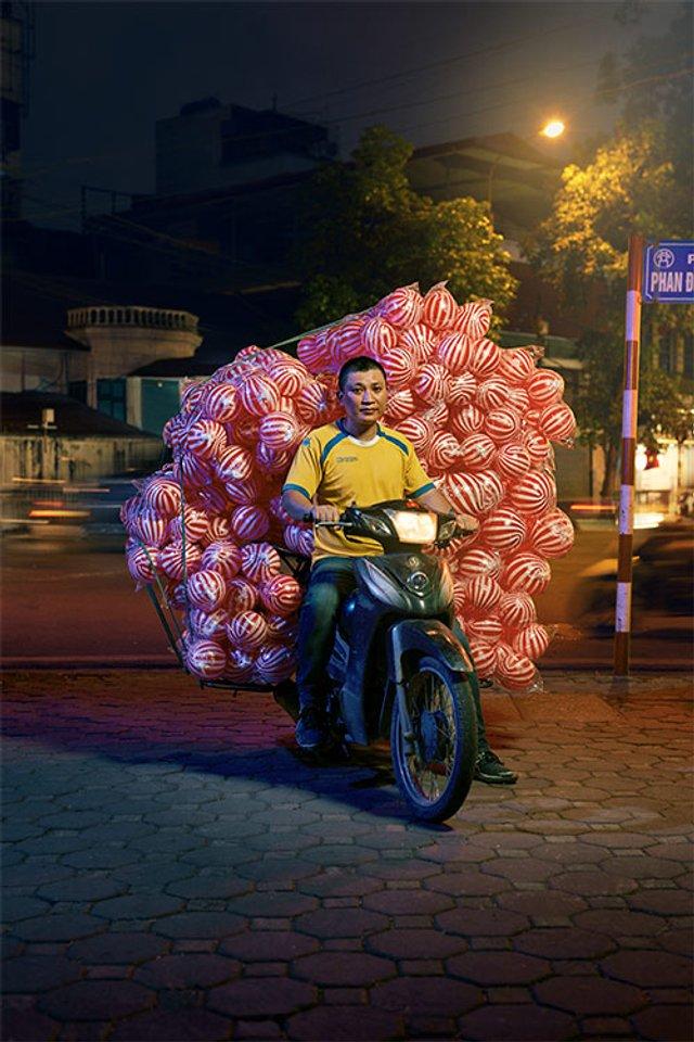 Життя мотоциклістів зі служби доставки у В'єтнамі: вражаючі фото - фото 327140