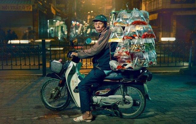 Життя мотоциклістів зі служби доставки у В'єтнамі: вражаючі фото - фото 327141