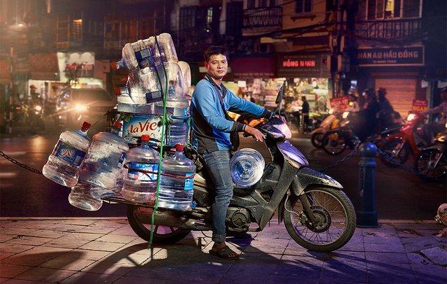 Життя мотоциклістів зі служби доставки у В'єтнамі: вражаючі фото - фото 327142