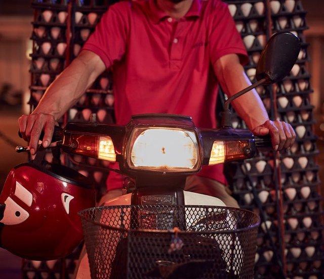 Життя мотоциклістів зі служби доставки у В'єтнамі: вражаючі фото - фото 327144
