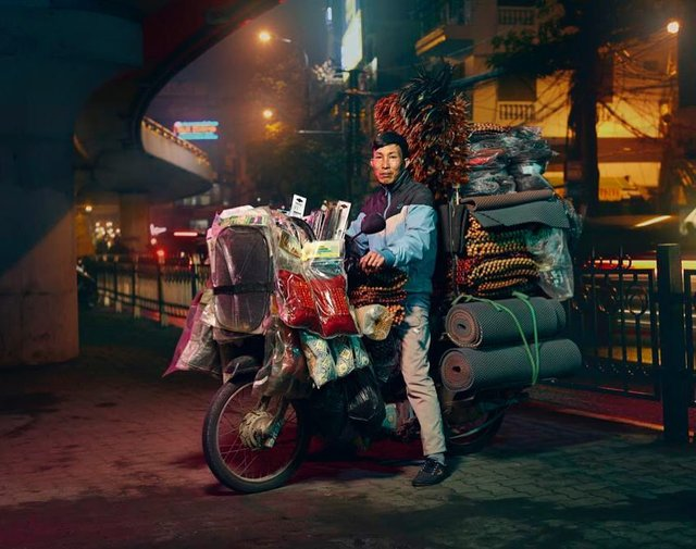 Життя мотоциклістів зі служби доставки у В'єтнамі: вражаючі фото - фото 327145
