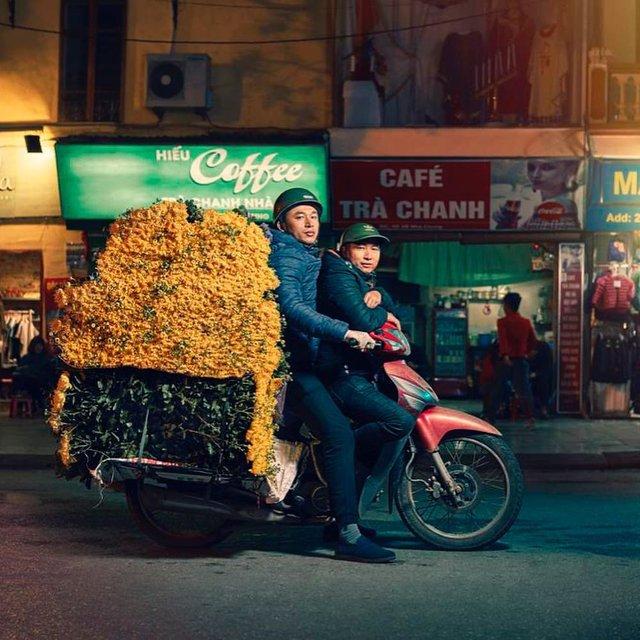 Життя мотоциклістів зі служби доставки у В'єтнамі: вражаючі фото - фото 327146