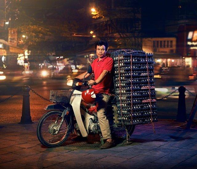 Життя мотоциклістів зі служби доставки у В'єтнамі: вражаючі фото - фото 327148
