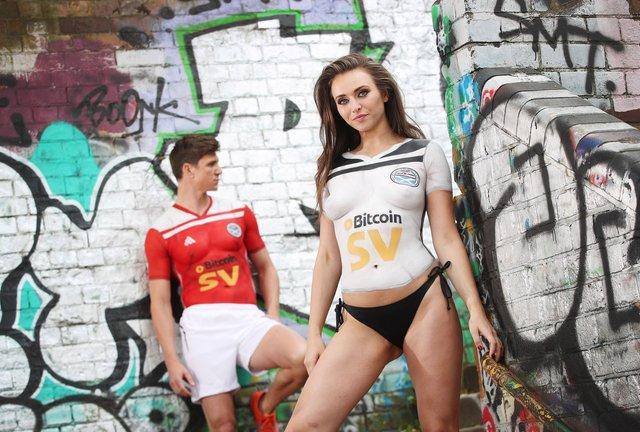 Шотландський клуб показав нову форму на оголеній моделі: гарячі фото (18+) - фото 327251