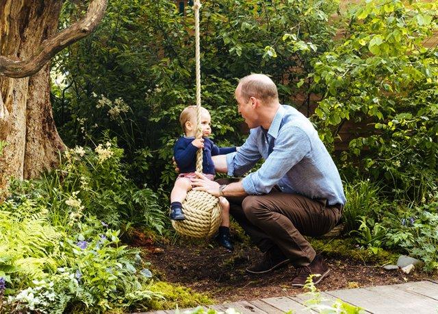 Дивіться, як королівська сім'я розважається в саду - фото 328901