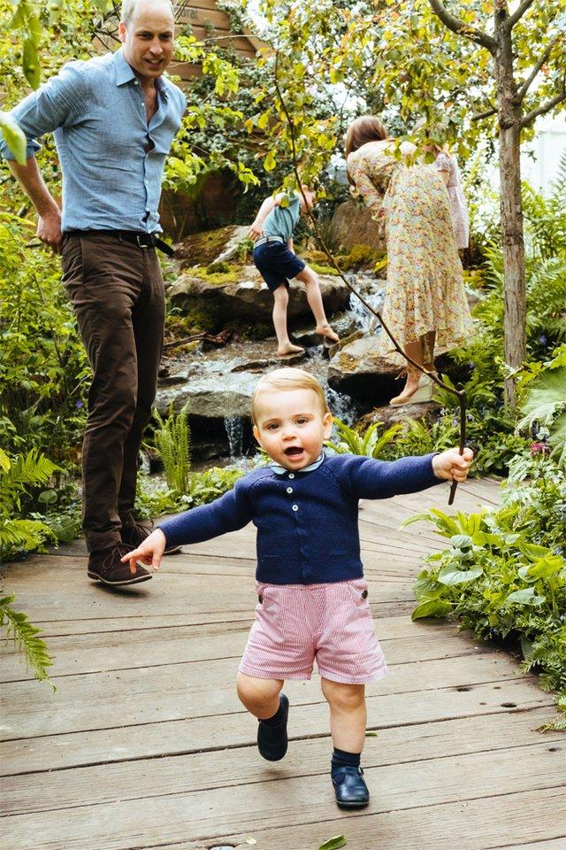Дивіться, як королівська сім'я розважається в саду - фото 328903