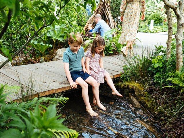 Дивіться, як королівська сім'я розважається в саду - фото 328904