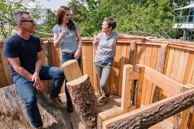 Дивіться, як королівська сім'я розважається в саду - фото 328905