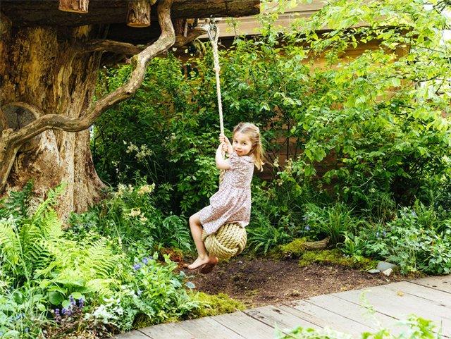 Дивіться, як королівська сім'я розважається в саду - фото 328906