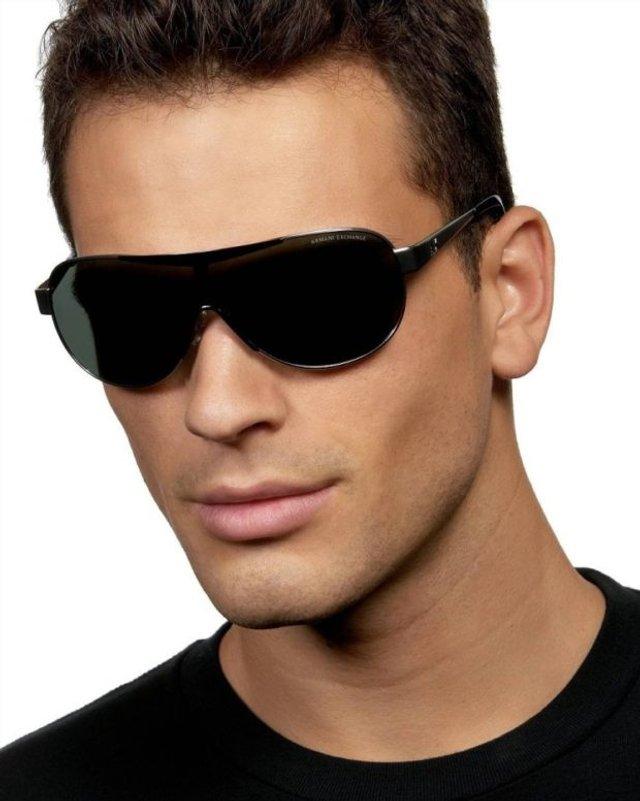 Як носити чоловічі сонцезахисні окуляри: правила етикету та трендові оправи - фото 329101