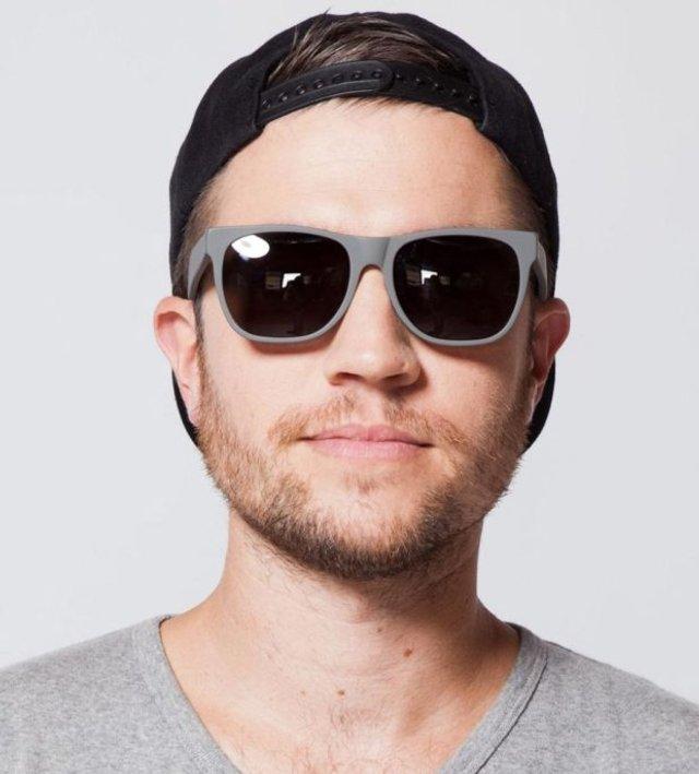 Як носити чоловічі сонцезахисні окуляри: правила етикету та трендові оправи - фото 329105