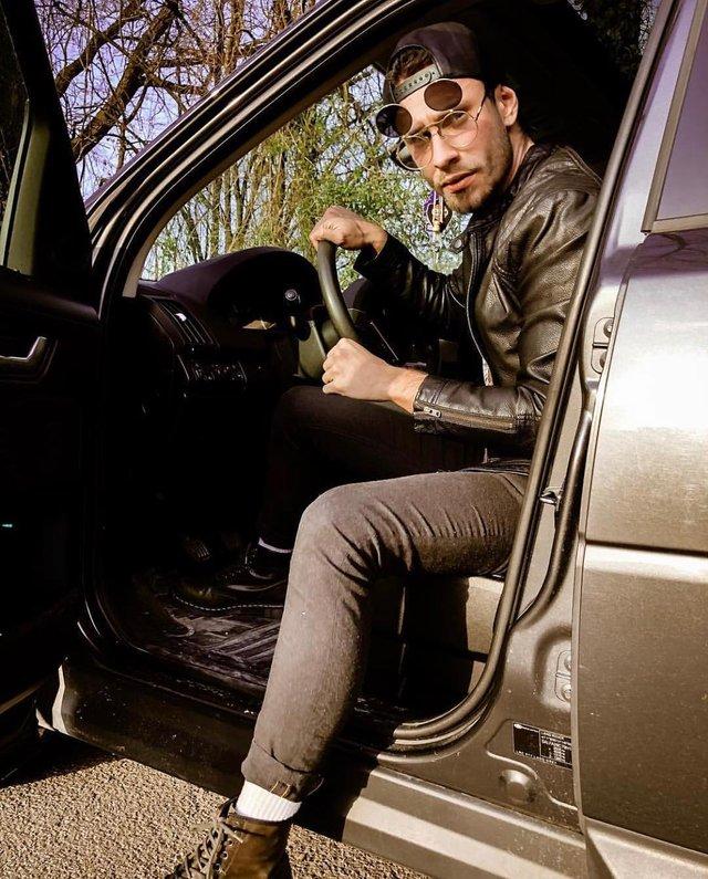 Як носити чоловічі сонцезахисні окуляри: правила етикету та трендові оправи - фото 329109