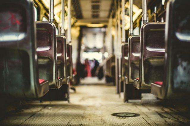 Не варто поспішати поступатися місцем у громадському транспорті - фото 329139